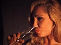 Один бокал вина превращает эту леди в похотливую тварь