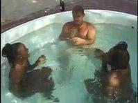 Тройничок в бассейне с двумя шоколадками