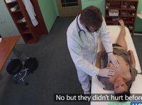 Дотошный врач осматривает пизду пацентки