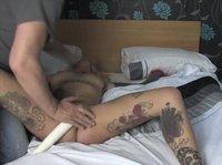 Татуированная с кляпом во рту стонет под вибратором