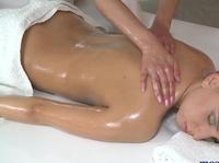 Лесбийский массаж расслабляет и возбуждает