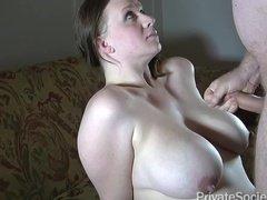 Грудастая милфа жена сосет хуй мужа и принимает сперму на сиськи