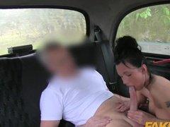Развратная брюнетка оплачивает проезд в такси минетом и еблей в попку