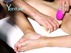 Мастер массажа доводит девку до глубокого экстаза руками и секс-игрушками