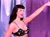 Горячая Бетти радует зрителей стриптизом.