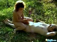 Мужичок ублажает свою жёнушку на полянке