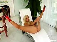 Шикарная блондинка трахает себя...бананами