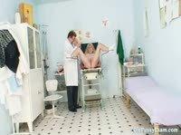 Медосмотр в гинекологическом кресле.