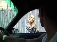 Анальная попутчица: блондиночка дает в попку прямо в машине