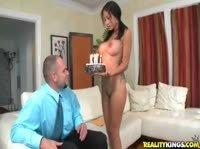 Она приготовила своему мужу торт на круглую дату знакомства